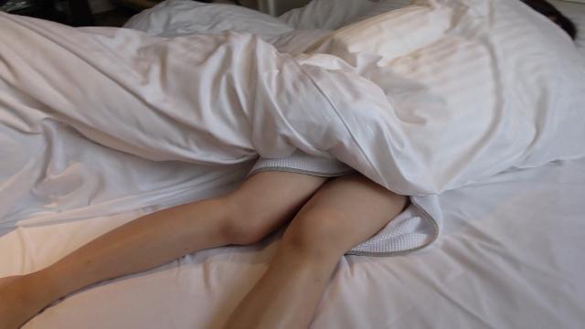 FC2 PPV 1001648 12歳年下の若妻に寝起き電マ&生ハメぶっかけ!初めてのお泊り密会続編で朝から萌え声でイキ喘ぎ愛し合う不倫SEX